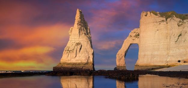 Falaise d'etretat aval, rochers et point de repère d'arc naturel et océan bleu. normandie, france, europe.
