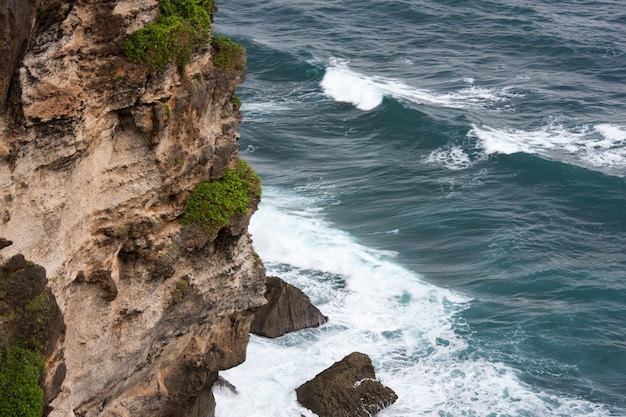 Falaise et océan. paysage pura luhur uluwatu bali, indonésie