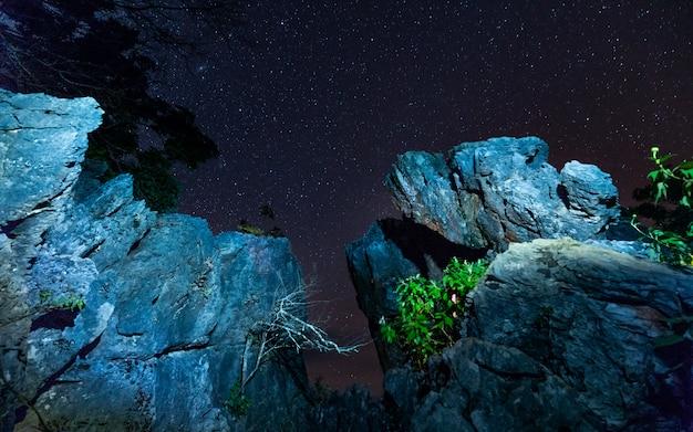 Falaise en pierre avec vue sur le ciel étoilé