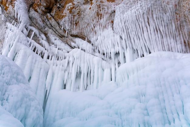 Falaise rocheuse avec de la glace dans le lac baïkal, russie, photographie de paysage