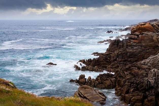 Falaises à la côte de l'océan
