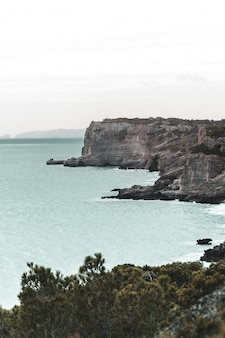 Falaises côtières moody au sud de majorque