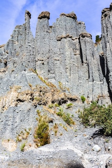 Falaises épineuses de la vallée de putangirua pinnacles. île du nord, nouvelle-zélande