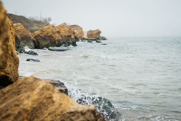 Des falaises de grès jaune et rouge sont situées sur le front de mer
