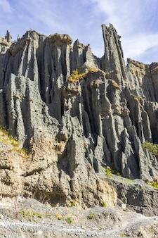 Falaises hérissées de pinacles de putangirua. île du nord, nouvelle-zélande