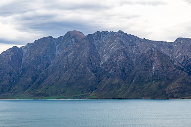 Falaises inaccessibles sur le lac hawea en nouvelle-zélande