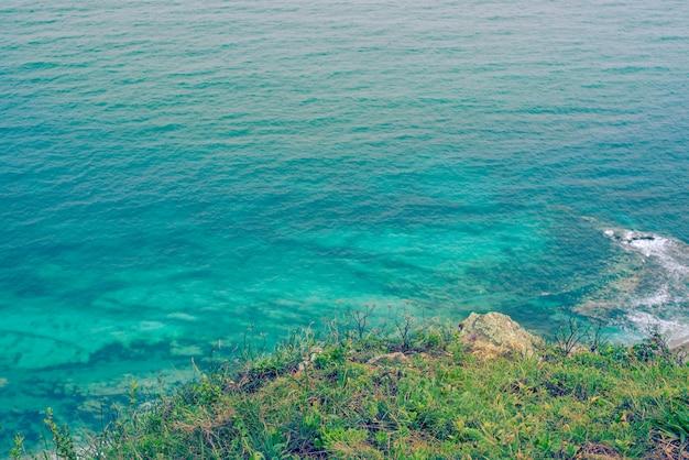 Falaises de la mer turquoise côte nature tropiques fond naturel
