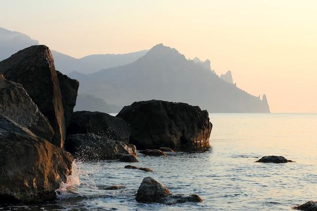 Falaises de montagne le long du rivage de la mer