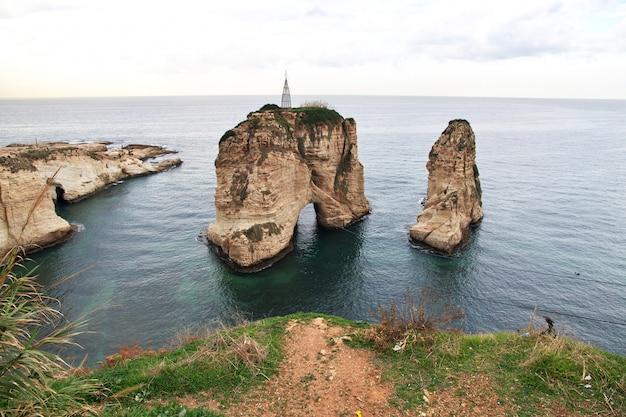 Falaises de pigeon sur le front de mer de beyrouth, liban