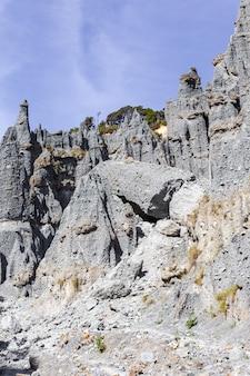 Falaises des pinacles de putangirua. île du nord, nouvelle-zélande