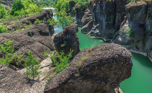 Falaises de la rivière venetikos, grèce