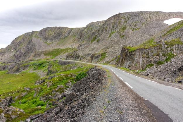 Falaises rocheuses le long de la route touristique nationale de varanger sur la côte de la mer de barents, finnmark, norvège