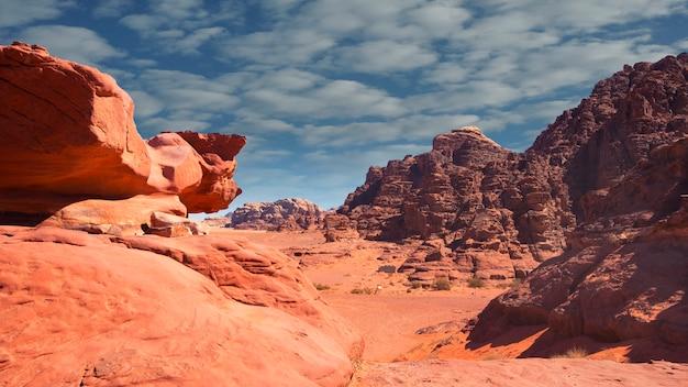 Falaises de sable dans le désert du wadi rum en jordanie