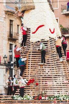 Falleros dans l'offrande plaçant les bouquets de fleurs livrés par les falleras pour créer le manteau de la vierge de l'impuissant