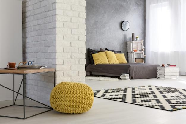 Falt moderne avec mur de briques décoratives