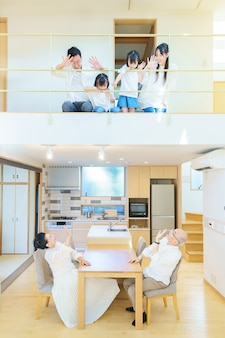 Famille de 3 générations alignées au 1er et 2ème étages d'une maison