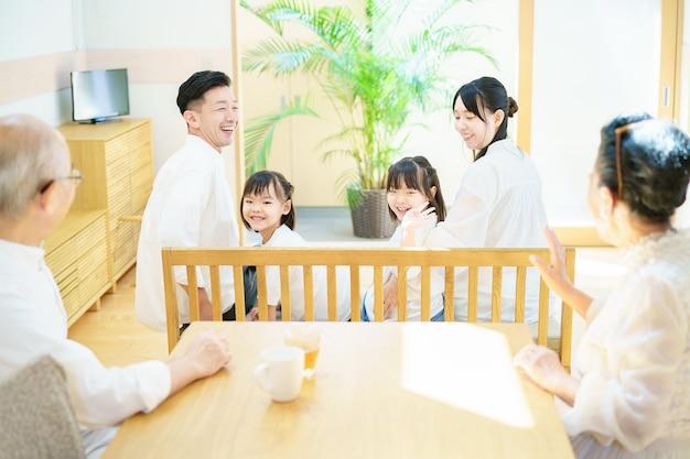 Famille de 3 générations s'amusant dans le salon