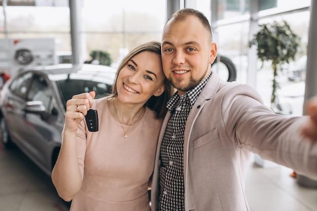 Famille achetant une voiture
