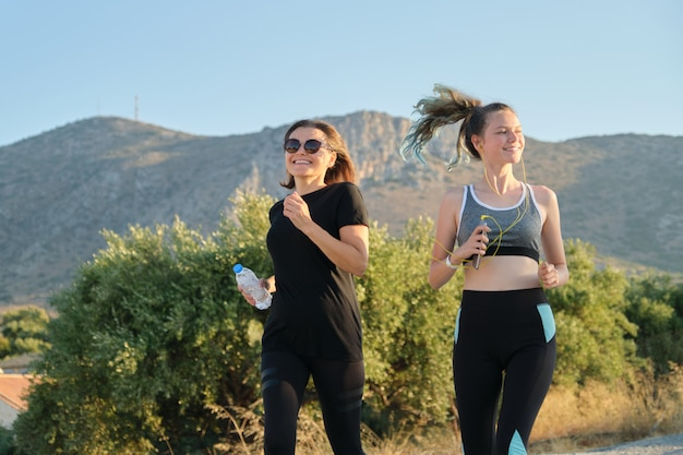 Famille active sportive parent et enfant adolescent courir en plein air