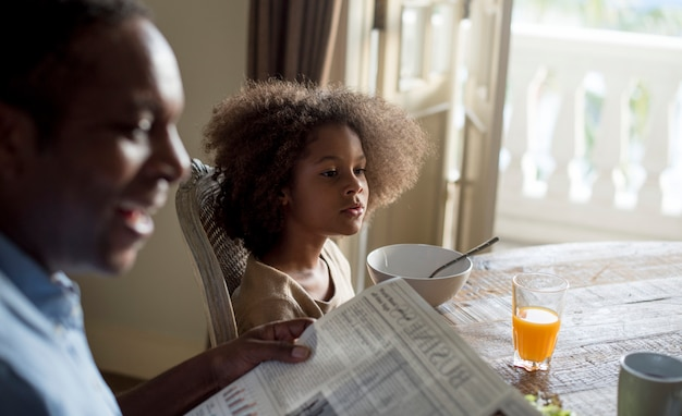 Famille africaine dans une salle à manger