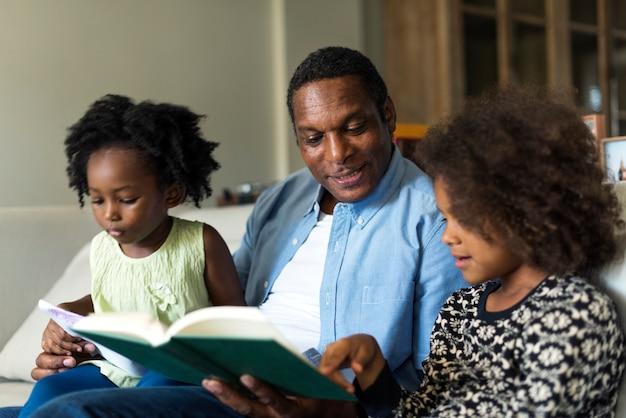Famille africaine lisant un livre