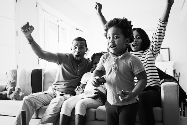 Famille africaine passant du temps ensemble