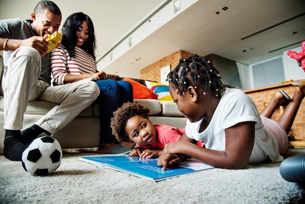 Une famille africaine passe du bon temps ensemble