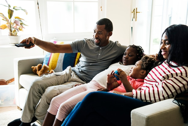 Une famille africaine passe du temps ensemble