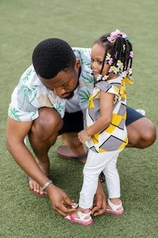 Famille africaine plein coup à l'extérieur