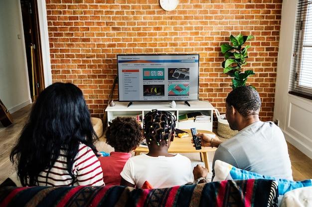 Famille africaine à regarder la télévision ensemble