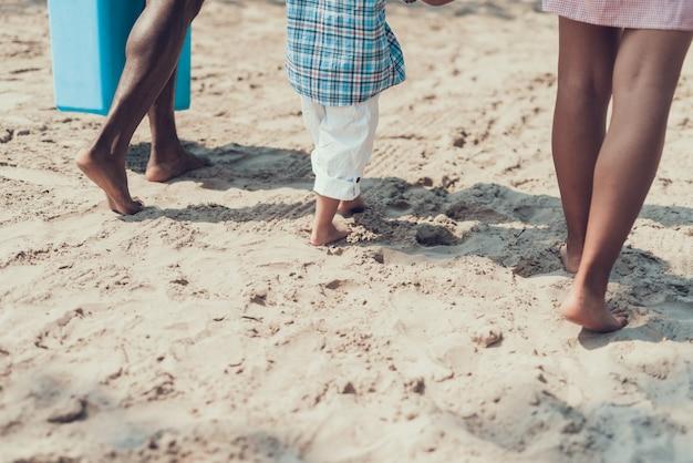 Famille afro-américaine sur la plage de sandy river