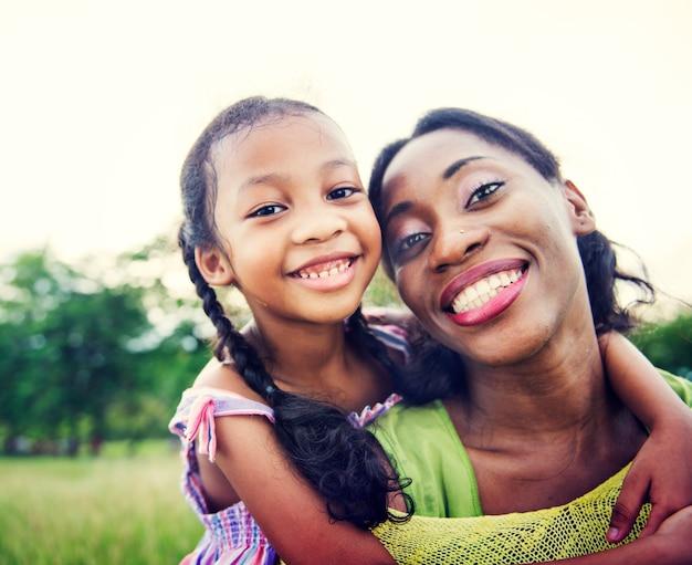 Famille afro-américaine profitant de bons moments à l'extérieur