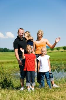 Famille agitant