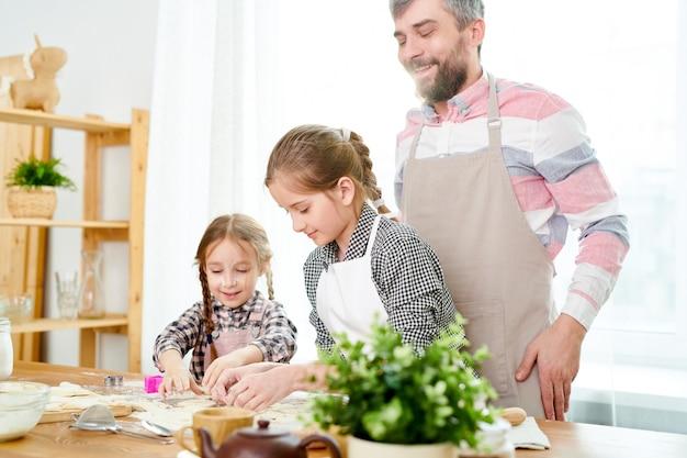 Famille aimante, préparer des biscuits savoureux