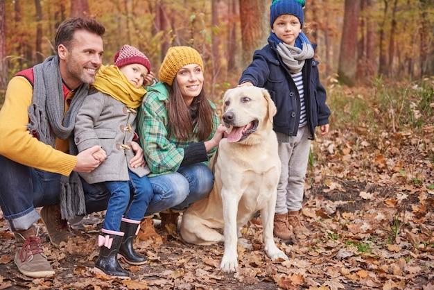La famille aime passer du temps à l'extérieur