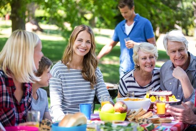 Famille et amis ayant un pique-nique avec barbecue
