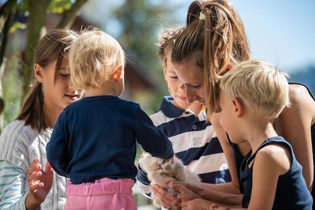 Famille avec animal lapin