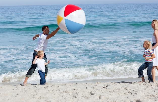 Famille animée jouant avec une balle