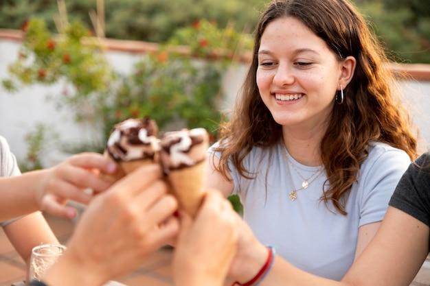 Famille appréciant la crème glacée ensemble à l'extérieur