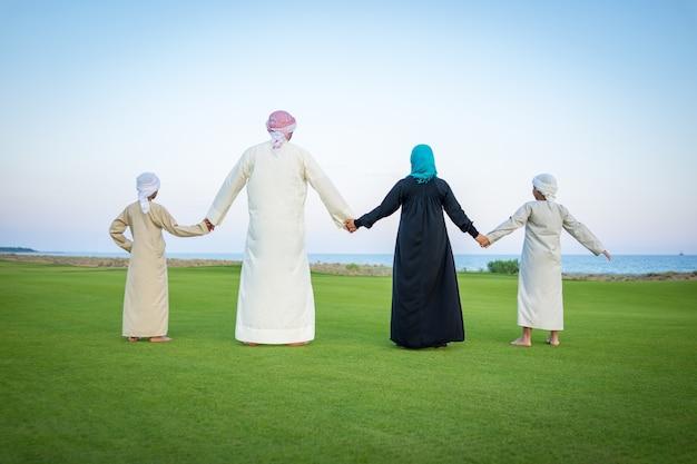 Famille arabe sur le pré vert dans la nature