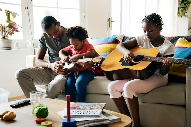 Famille d'ascendance africaine passant du temps ensemble