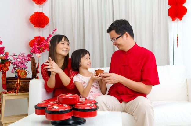 Famille asiatique célébrant le nouvel an chinois