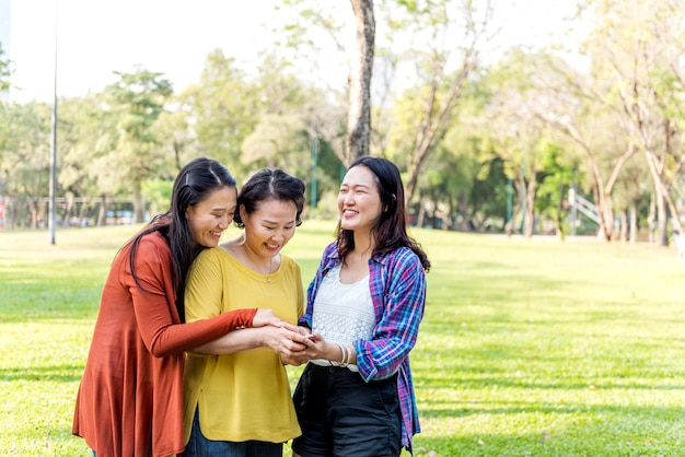 Famille asiatique, concept de style de vie relaxant