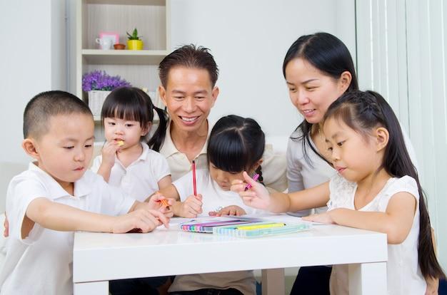 Famille asiatique, devoirs, école, à, living