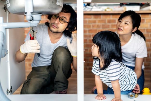 Famille asiatique fixation évier de cuisine