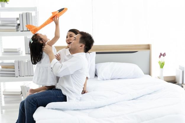 Famille asiatique heureuse à la maison. activités de loisir en famille