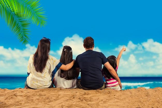 Famille asiatique indienne appréciant à la plage en été
