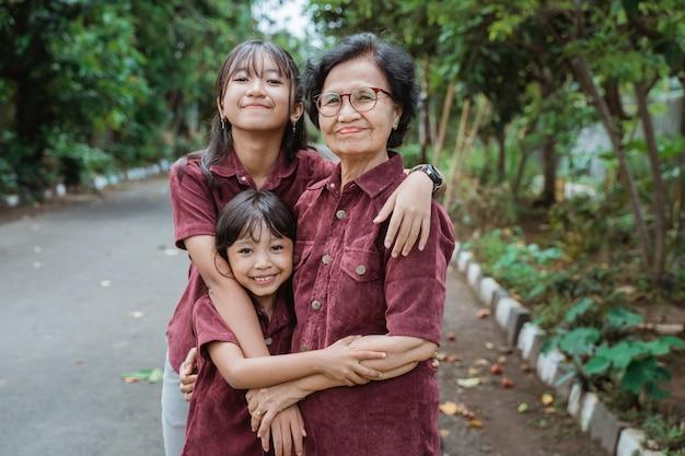 Famille asiatique marchant ensemble dans le parc