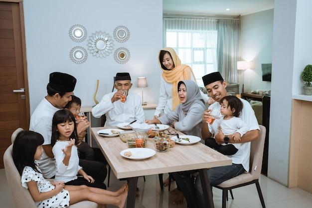 Famille asiatique musulmane et grands-parents ayant une pause de jeûne pendant le ramadan. pause dîner iftar