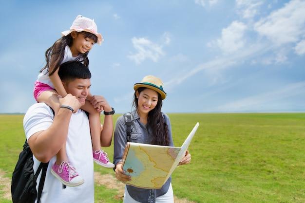 Famille asiatique, planification, a, voyage, mère, et, fille, regarder, carte